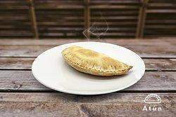 El Repulgue - Empanadas - Atún - Atún desmigado, pimiento del piquillo, huevo cocido picado, orégano y el sabor andaluz de la aceituna.