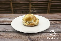 El Repulgue - Empanadas - Rockera - Pera confitada a fuego lento, nueces crujientes, mezcla de quesos suaves y el sabor inconfundible del roquefort.