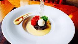 Cioccolato   Dezert z bílé a mléčně čokolády, mangová omáčka, mandlová pečena pěna, nok s maracuji
