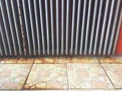 Roestige radiator zwembad