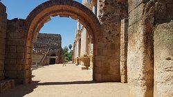Una arcada principal, que muestra la entrada al teatro y anfiteatro.-