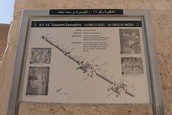 坐落在盧克索尼羅河西岸的懸崖上,孤立的帝王谷是新王國(1550年至公元前1070年)偉大法老的墳墓的所在地。它們被隱藏在一個由千年降雨和水徑流形成的干河谷(或山谷)中。已知第一個已知在山谷內建造墳墓的法老是Hatshepsut,  國王谷分為兩個主要分支:更著名的東谷和西谷。陡峭的懸崖定義了後者的地形,其中只發現了3座墓葬,包括墳墓(KV 23)。東部山谷佔地2公頃,類似於張開手指的手。在南部,高聳於山谷之上,是一個形狀像金字塔的山峰,被稱為el-Qurn(號角)。考古學家認為,這種自然特徵影響了這個遺址對皇家陵墓的選擇。  山谷中有63座已知的墓葬,其中26座為國王而雕刻,其他則授予皇室成員或最高級別的精英。其中十五個目前向公眾開放:拉美西斯一世,拉美西斯三世,拉美西斯四世,拉美西斯五世,拉美西斯七世,拉美西斯九世,塞提二世,西普塔,梅倫普塔,圖特摩斯三世,Thutmose IV,Mentuherkhepshef,Tausret / Sethnakht,Ay和Tutankhamun。它們被懸崖雕刻成長長的豎井,深入地下並終止於精心製作的墓室。