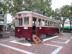 西鉄大牟田駅前の広場に展示されています。