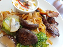 Poisson Amok (coco), Pad thai et légumes sautés avec champignons