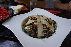 ミートサラダ。こちらのお肉も結構ボリュームがありました。