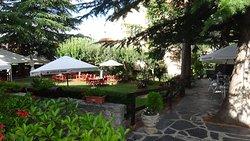 Mesas para hacer el aperitivo o tomar refrescos tanto en la amplia cafeteria como en el jardin.