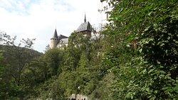 Il castello visto dalla strada d'accesso