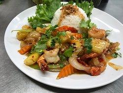 Croustillamt de crabes en mue , bœuf  la lot , nid de nouilles croustillant avec bœuf sauté aix légumes