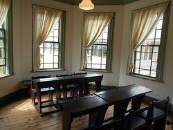 読書室は現在の図書館と比較すると狭い