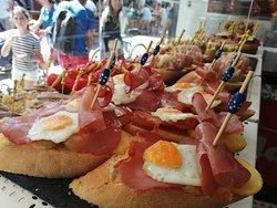 Un pintxo de lo más campero: patatas fritas con caña de lomo y huevo de codorniz, casi ná!