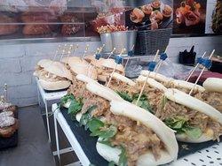 Nuestros pan bao con carrillada en salsa, nuestro pintxo estrella de los fines de semana!
