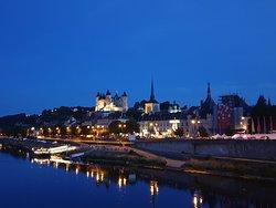 Veduta notturna del castello che si specchia sul fiume 🤩