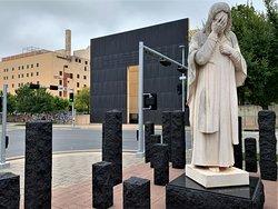 """From Harvey & 5th Ave looking towards the museum.  Desdel exterior del museo - una estatua con las palabras, """"y lloro Jesus"""".  Una experiencia emocional por lo que sucedio en Abril-1995."""