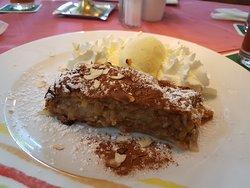 Apfelstrudel fait maison avec une boule de glace vanille et de la chantilly au restaurant Park de Rastatt
