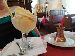 Coupe de glace vanille, avec chantilly & sauce chocolat [sauce dans le récipient couleur cuivre sur l'assiette à côté] au restaurant Park de Rastatt