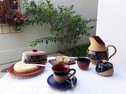 Jogo matinal coleção Helicônia: jarra, mantegueira, xícara, molheira e queijeira em cerâmica de alta temperatura.