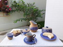 Jogo matinal coleção espiral azul: jarra, mantegueira, xícara, bol P e queijeira em cerâmica de alta temperatura.