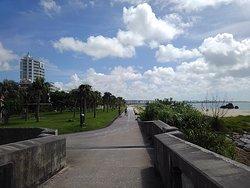 「しおかわ橋」上からビーチ方面を臨む。
