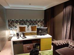 il letto con frigobar e scrivania