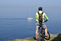 A way for visitors to discover through our eyes the greatness of our island. Cycle an e-bike or simply wonder around the ancient paths of Kea. Let yourself be charmed by the simplicity and uniqueness of our land!!