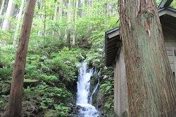 胴腹滝不動尊のお堂の左側の滝