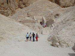 vista do acesso ao templo de Ramsés IV