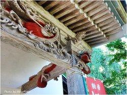 観音堂の上に龍の彫り物、柱に絡みついてる。