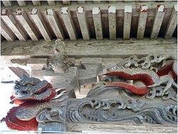 観音堂の上に龍の彫り物