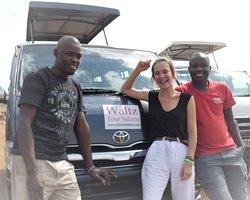 Walter en rouge et le chauffeur Boula : bonne ambiance tout au long de notre séjour!