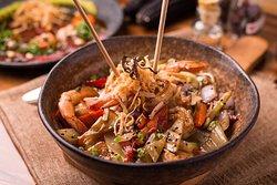 Preparado con los mejores ingredientes les recomendamos hoy nuestro Wok de Camarones, pasta al Wok, soya, ajonjolí, pimiento, cebolla morada, cebollín, bok choy y wantan frito.