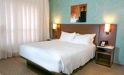 Os apartamento de casal possuem 22m², são equipados com ar condicionado, internet wifi, frigobar, cofre, ferro e táboa de passar.