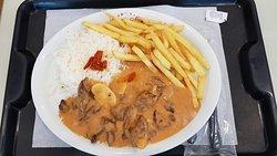 Estrogonofe de filé mignon, arroz branco e batatas fritas