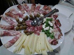 Mix di salumi,formaggi e olive nostrani.