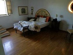 Camera ampia e spaziosa con bagno rialzato