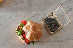 Mini Rosetta con Sgombro, fagiolini, pomodorini, basilico, vinaigrette alla senape