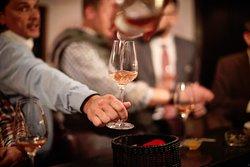 Bei uns kann man rund 50 verschiedene Weine probieren. Wir beraten Sie gerne bei der richtigen Wahl.