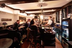 Gemütlich ist es in der Weinbar. Eine nette Atmosphäre und eine gute Beratung zeichnen uns aus.