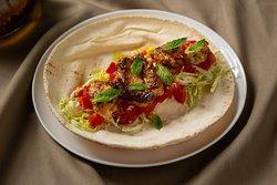 Imagina los exóticos sabores del Oriente Medio combinados a la perfección y concentrados para ti en deliciosos enrollados de crujiente pan libanés.  ¿Te gusta la idea?