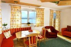 Apartment Edelweiß - Wohnzimmer mit traumhaftem Ausblick auf den See