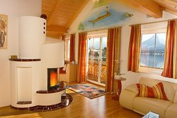 Apartment Edelweiß - Wohnzimmer mit Kamin für gemütliche Stunden - Romantik pur am Wolfgangsee