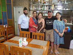Lovely Chinese family from China sings Raj kapoor songs also....very nice...