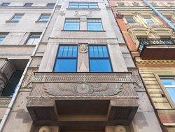 """""""Египетский дом"""", вход в дом и ворота украшены крылатым солнечным диском."""