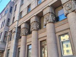 """""""Египетский дом"""", капителями колонн служат лики богини неба и любви Хатхор, повелительницы 4-х сторон света."""