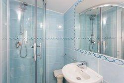 Bagno ristrutturato - Hotel Morri Riccione Viale D'Annunzio 42