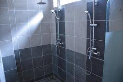 Salle de douche de la chambre familiale