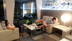 Area de descanso que se encuentra abierta las 24 horas con Snack, cerveza y algunas botellas de vino