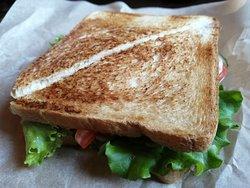 Сэндвич с курицей и свежими овощами.