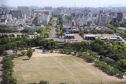 天主閣最上階から姫路公園と駅まで伸びている大手前通りを望む