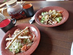 """Тёплые салаты - """"Цезарь"""" с курицей и беконом и с говяжьей вырезкой и печеным картофелем."""
