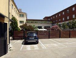Hospedería Monástica Pax, innergård med parkering